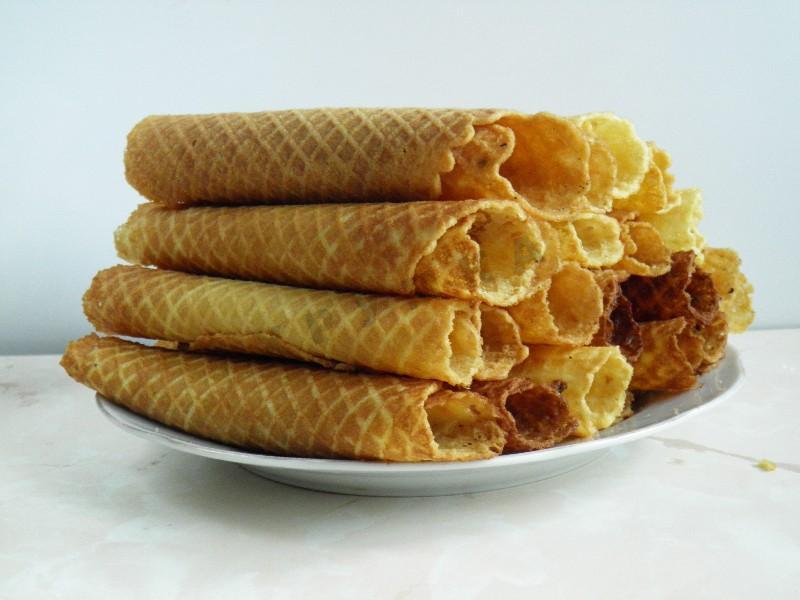 Легче заполнять вафельные трубочки кондитерским шприцем или мешком с длиной насадкой как для эклеров.